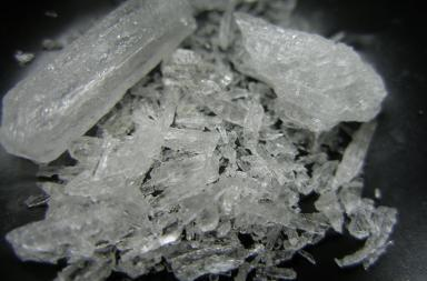 Metamfetamine in cristalli (Crysta Meths) Foto da Wikimedia di Radspunk)